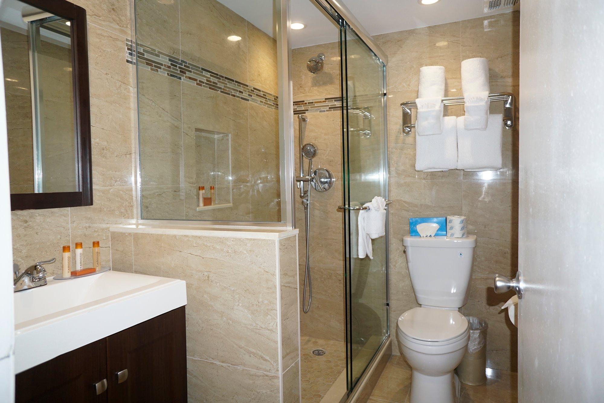 Ocean Sky Hotel - Deluxe Room Bathroom