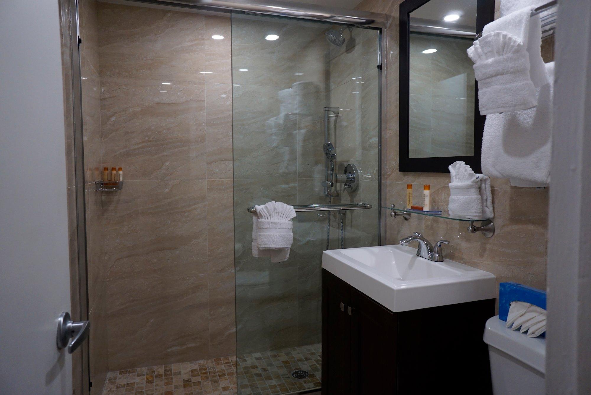 Ocean Sky Hotel - Standard Room Bathroom